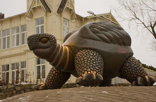 Скульптура огромной черепахи в Юрмале