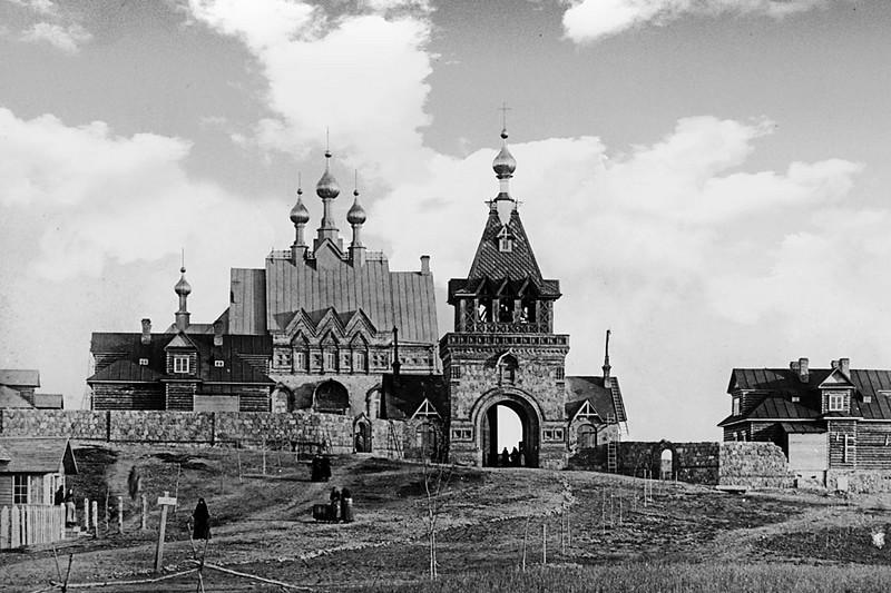Строительство Святых врат. На заднем плане первая Успенская церковь. 1892