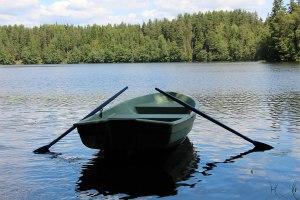 Катание по озеру на лодках в литовской усадьбе